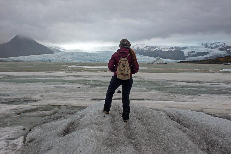 ragazza osserva il ghiacciaio Fjallsárlón nel sud dell'Islanda.