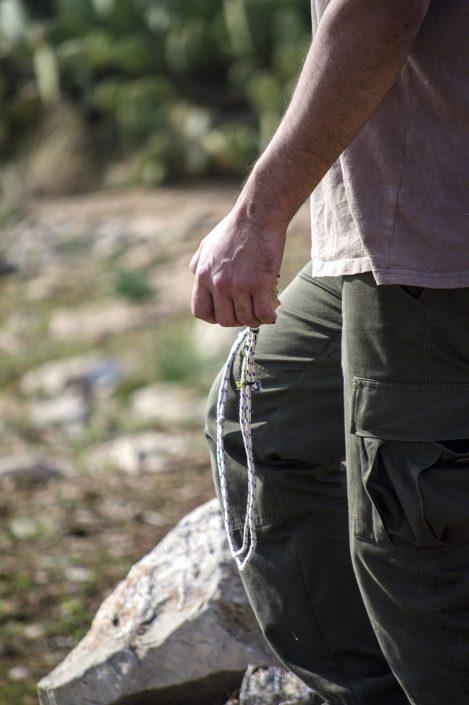 ragazzo impugna una pietra durante la manifestazione davanti al confine