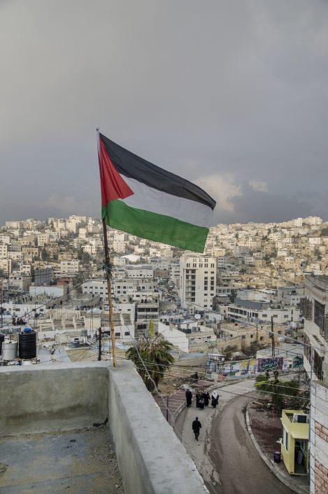 bandiera palestinese sventola sopra i tetti di Hebron