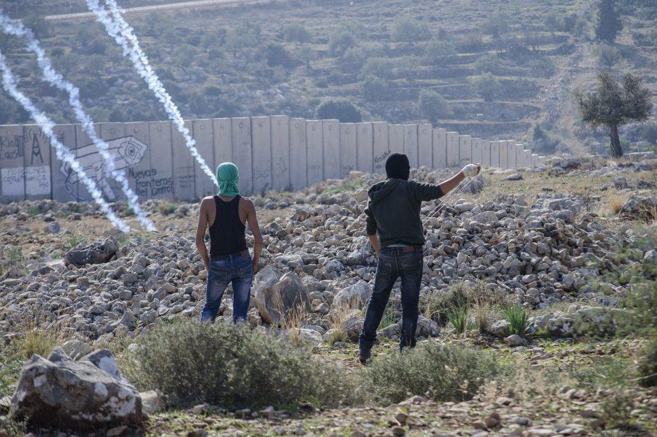 due ragazzi palestinesi manifestano contro l'assedio israeliano