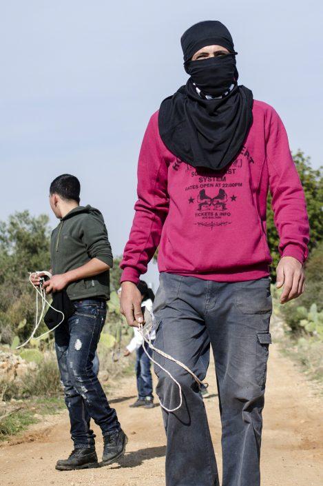 ragazzi palestinesi manifestano sul confine