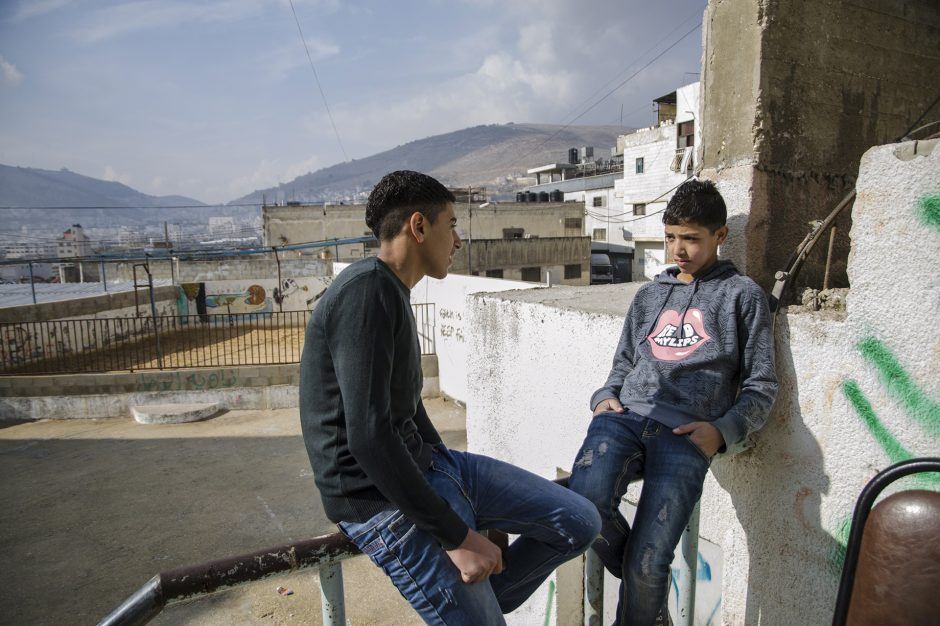 bambini passano il tempo nel campo profughi di Askar vicino a Nablus