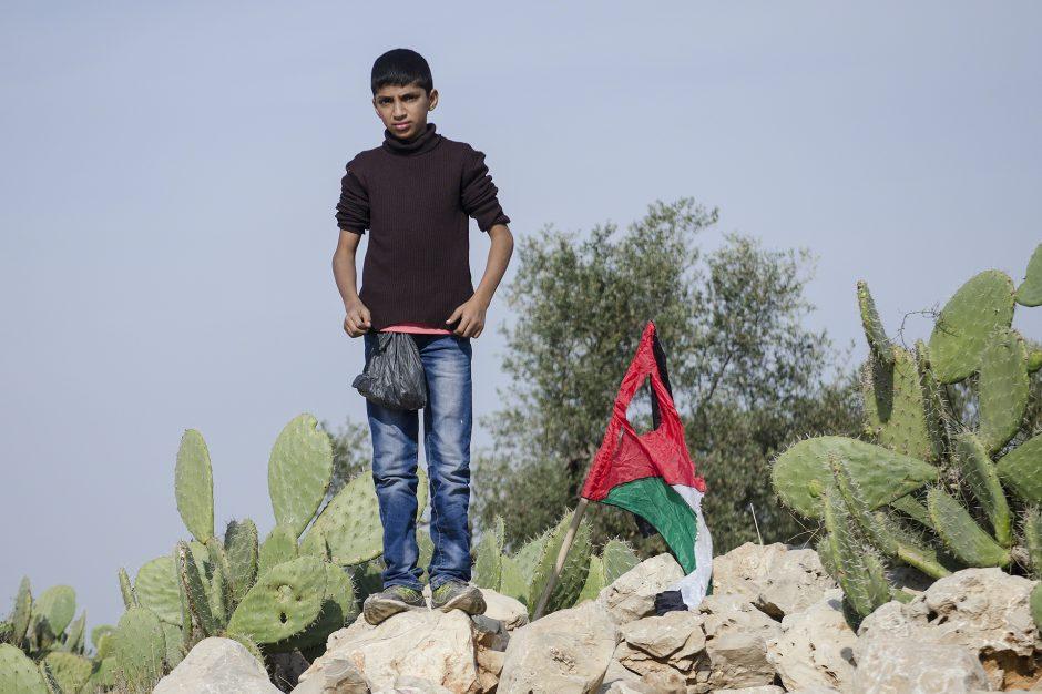 bambino palestinese si prepara alla manifestazione